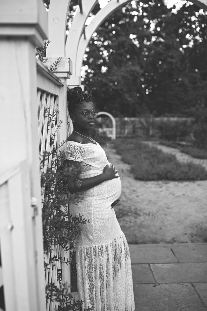 Maternity Photography, black and white of woman leaning against a wall
